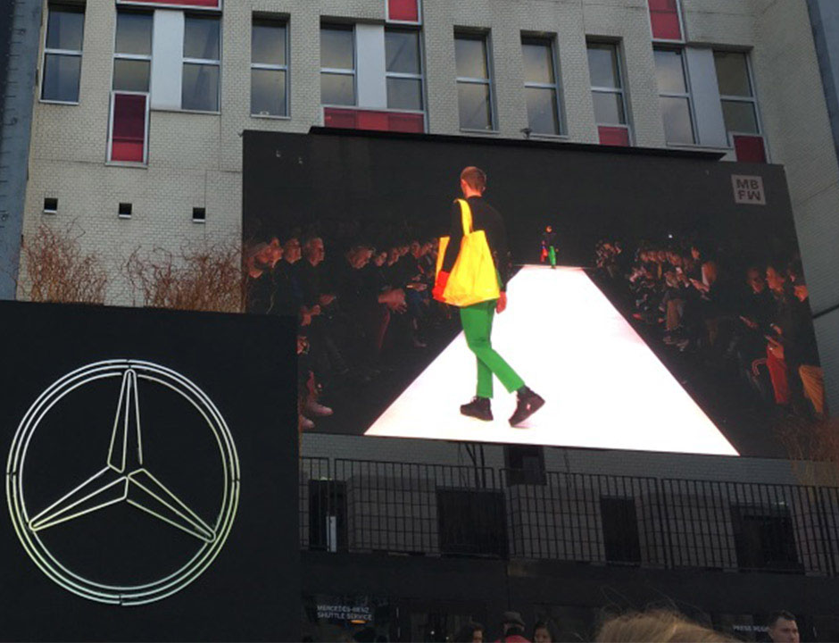 Eingang Mercedes-Benz-Fashion-Week mit Leinwand